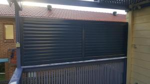 Louvers Adjustable 85 mm Privacy screen mounted on the side of a patio